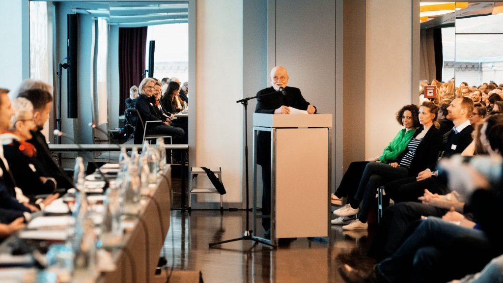 Günther Rohrbach hält eine Dankesrede für Iris Berben / © Florian Liedel · Deutsche Filmakademie