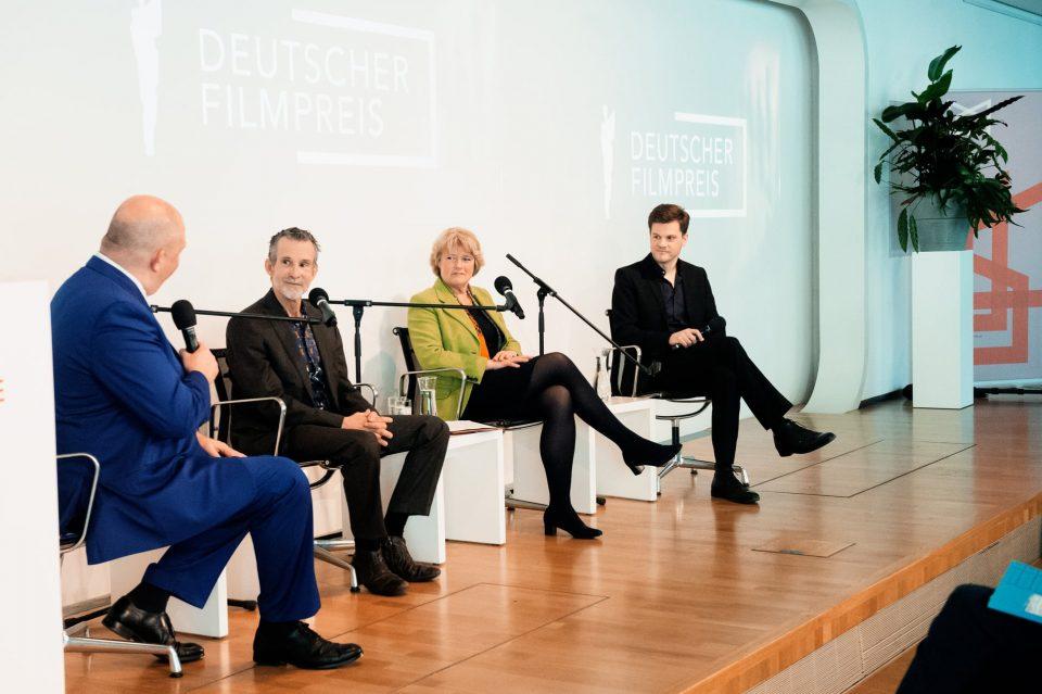 Jörg Thadeusz mit Ulrich Matthes, Monika Grütters und Benjamin Herrmann auf der Bühne