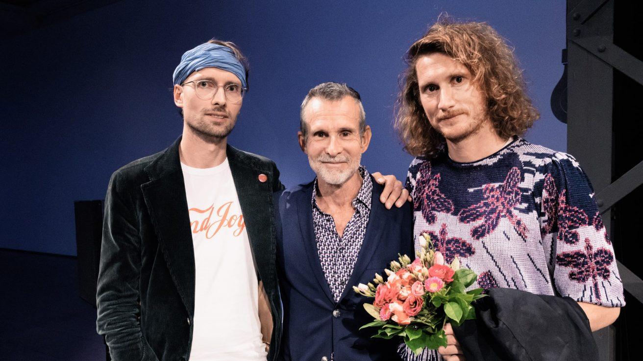 Ulrich Matthes mit den Nominierten Lukas Marxt und Nicolaas Schmidt · © Florian Liedel · Deutsche Filmakademie